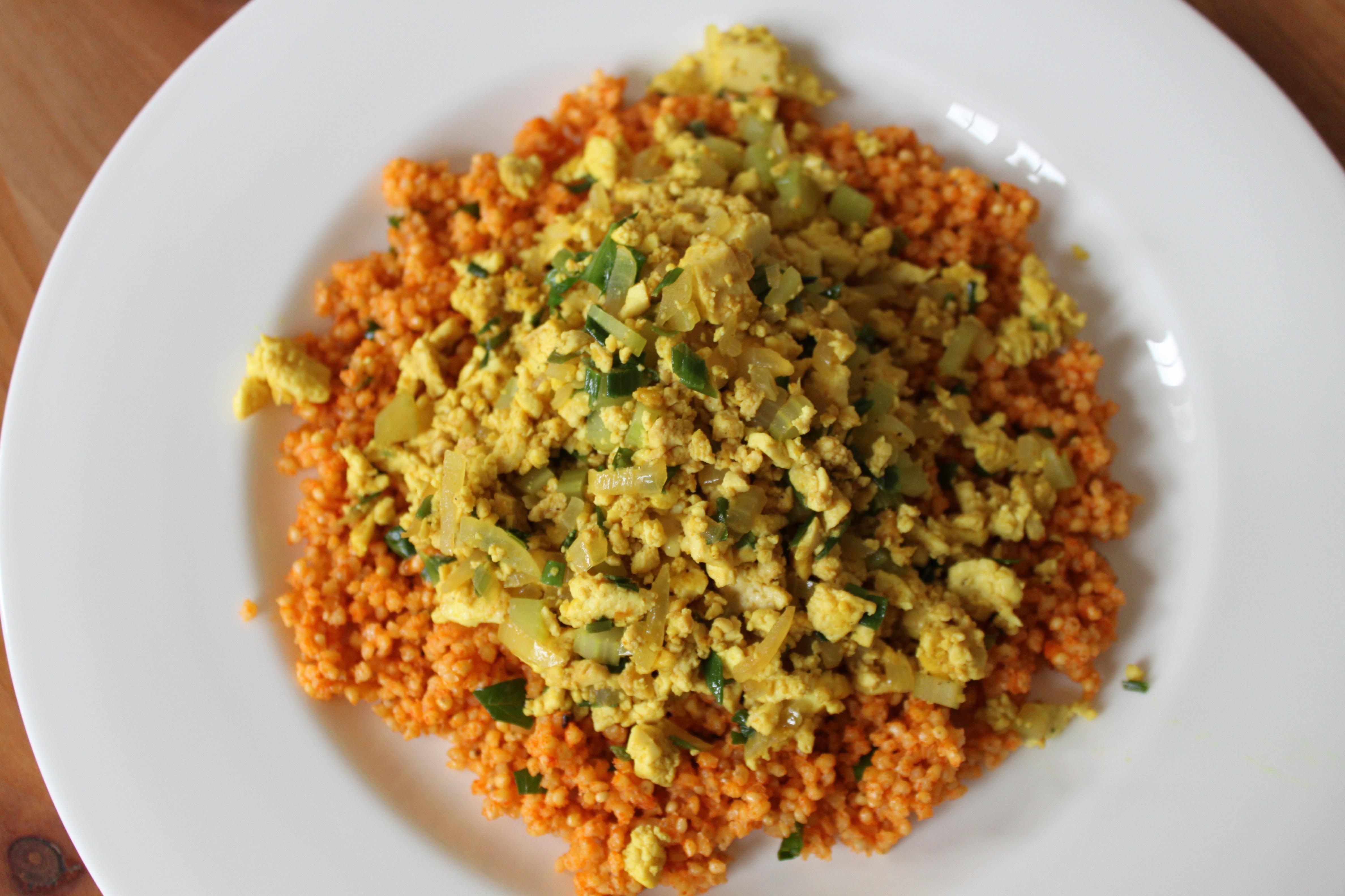Tofu-Rührei mit Gemüse auf Hirse