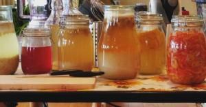 Gläser mit fermentierten Lebensmitteln