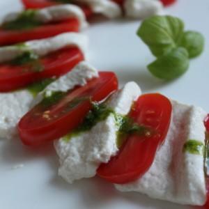 Caprese mit Cashew-Mozzarella (Flohsamenschalen)